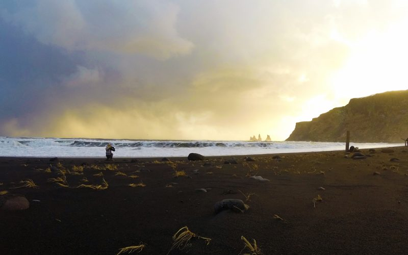 Plage de sable noir de Vik et falaises de Dyrholaey