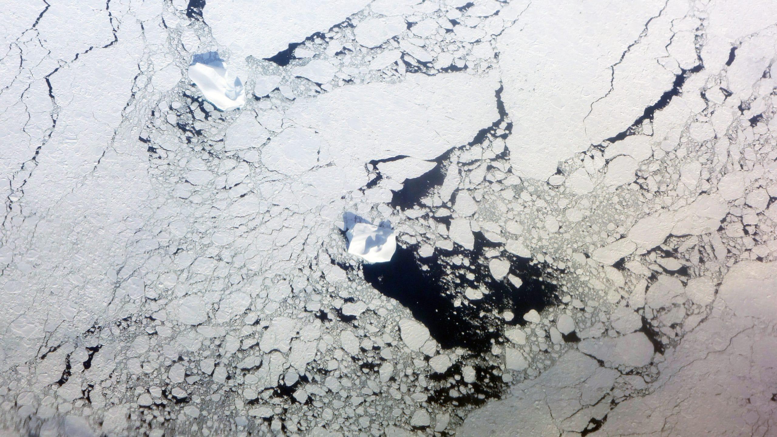Ilulissat vue avion sur icebergs calotte glaciaire