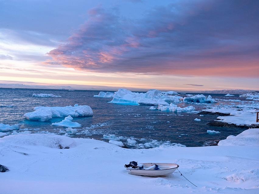 Groenland en hiver coucher de soleil barque neige icebergs