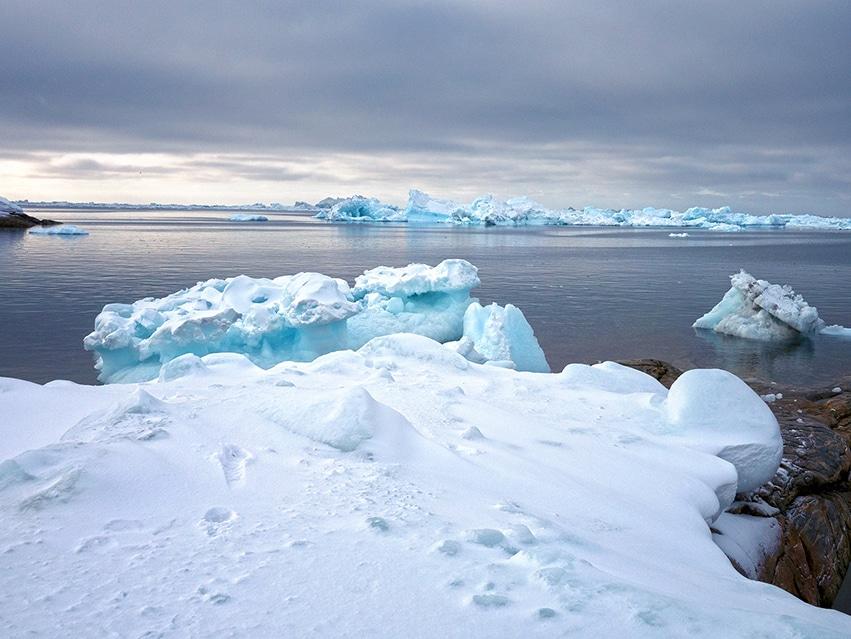 Groenland en hiver icebergs bleus lumière dorée