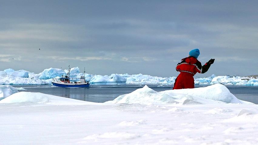 Ilulissat enfant joue bateau icebergs