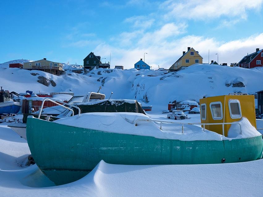 Bateau neige ciel bleu maisons Ilulissat