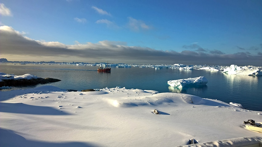 Groenland en hiver icebergs bateau neige ciel bleu