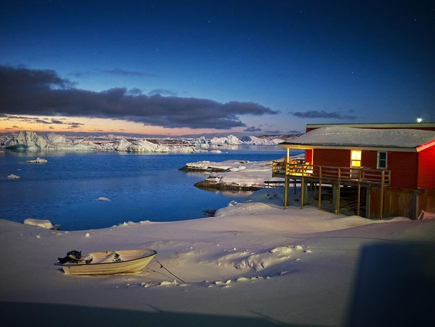 Ilulissat nuit mer icebergs neige maison rouge