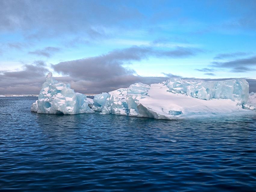 Icebergs mer Ilulissat Groenland ciel bleu
