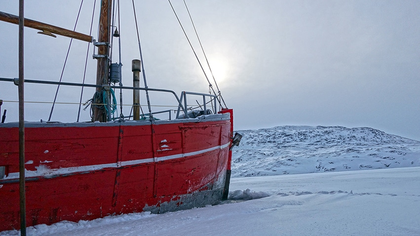 Groenland en hiver Rodebay bateau rouge soleil neige glace