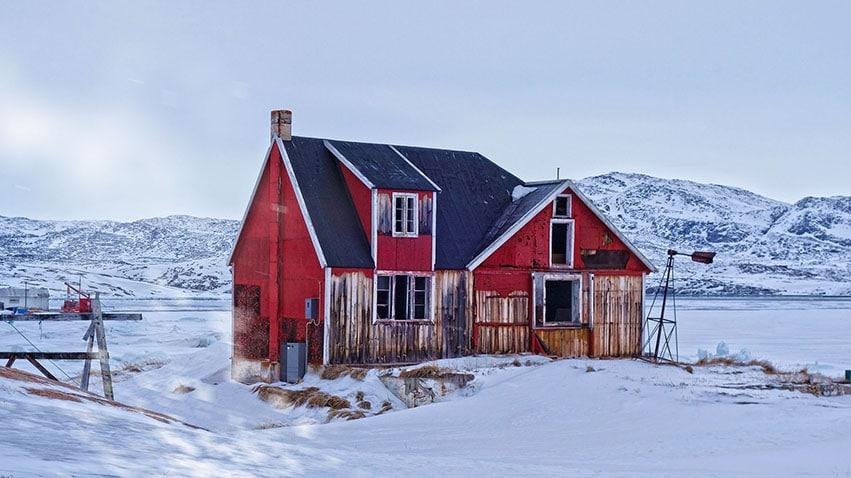 Rodebay maison usure bois rouge neige