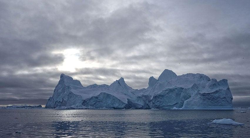 Groenland en hiver Ilulissat Baie de Disko glacier nuage ciel doré mer