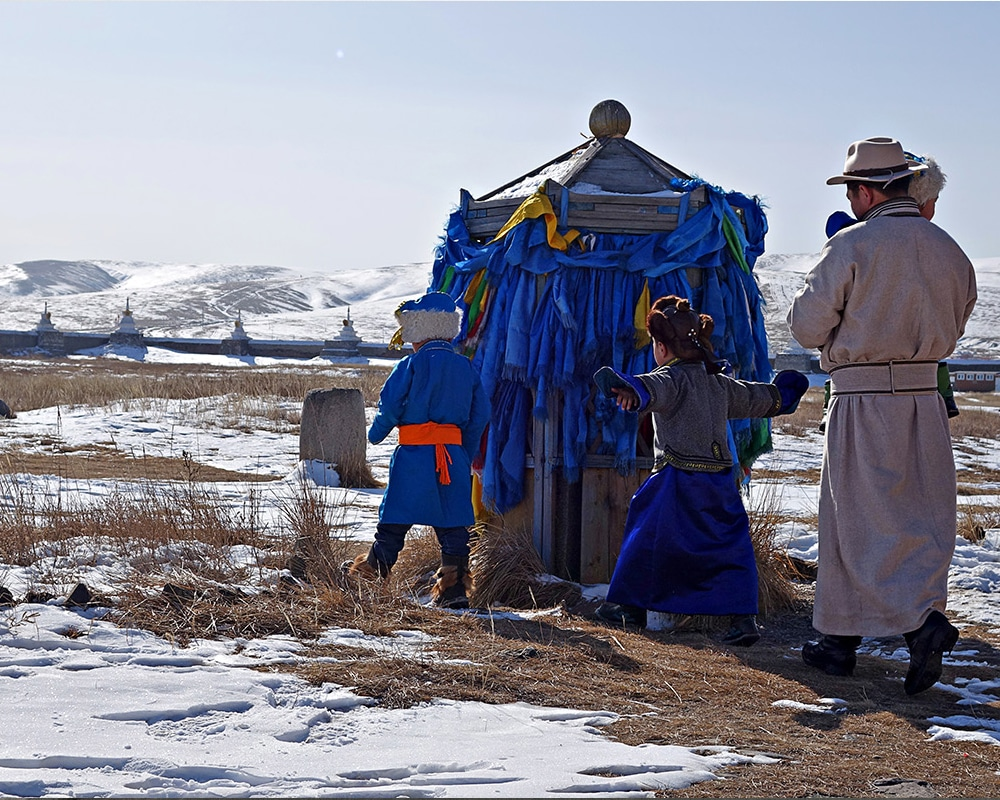 Enfants erdene Zuu rubans neige Mongolie Karakorum