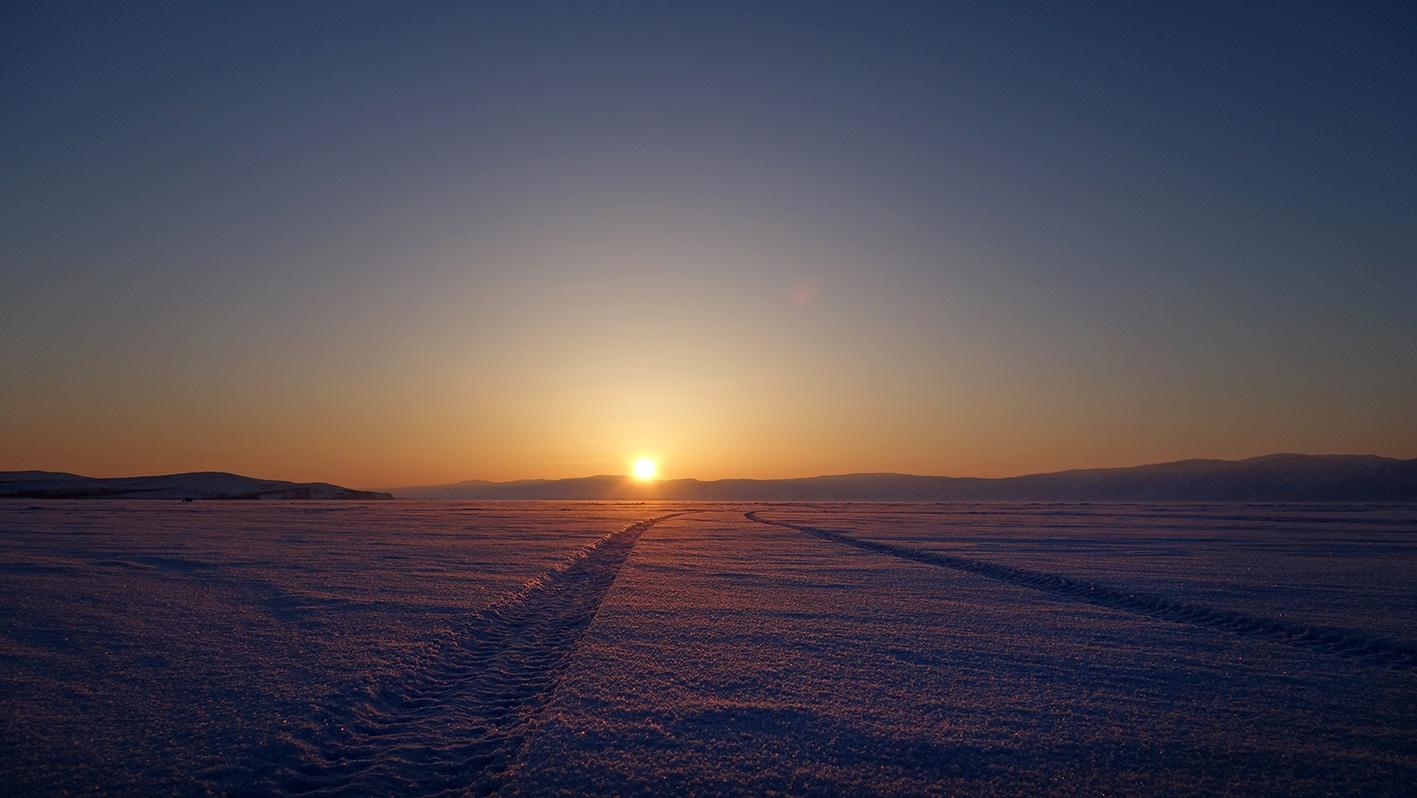 perle du Baïkal neige coucher de soleil