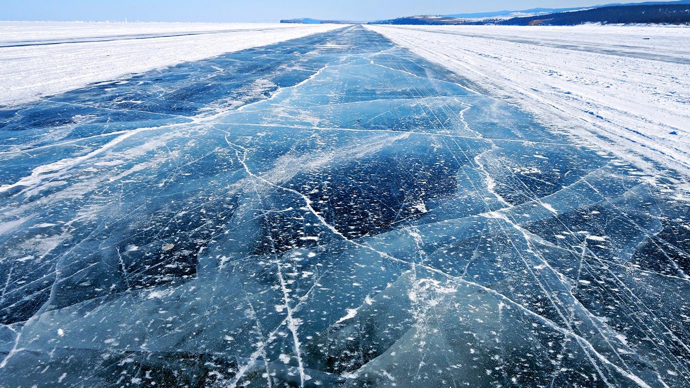 route de glace lac Baïkal gelé nervures neige