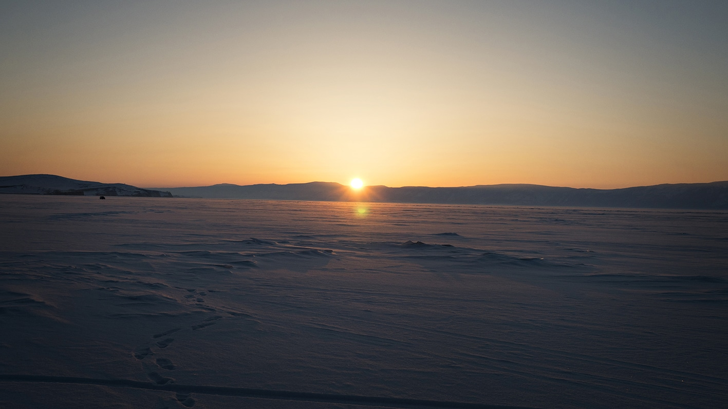 Coucher soleil montagnes lac Baïkal Sibérie neige