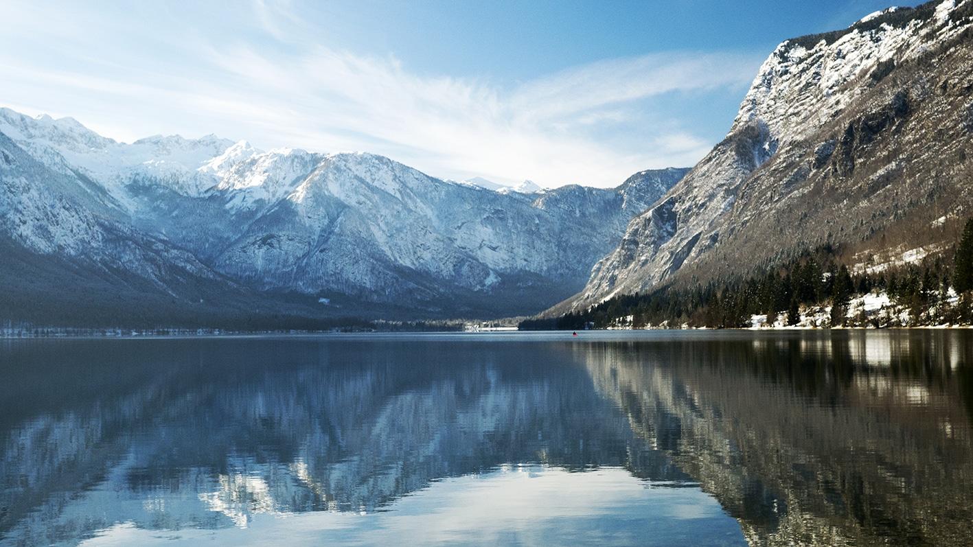 Lac de Bohinj montagnes neige Slovénie en hiver