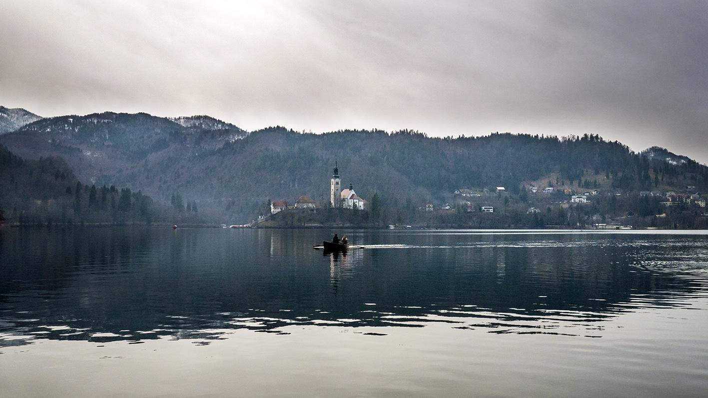 Slovénie en hiver lac bled barques