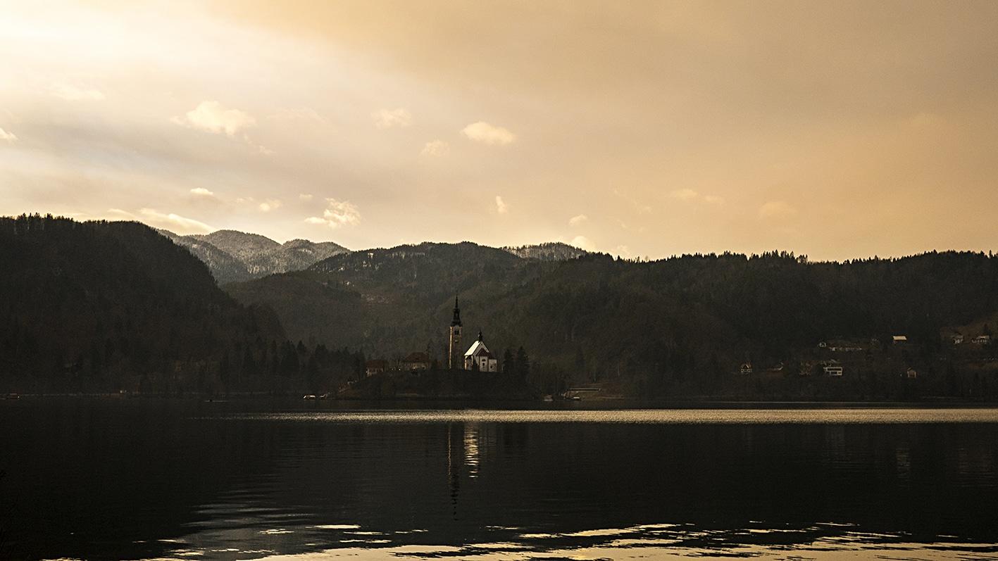 Slovénie lac Bled hiver église montagnes coucher de soleil