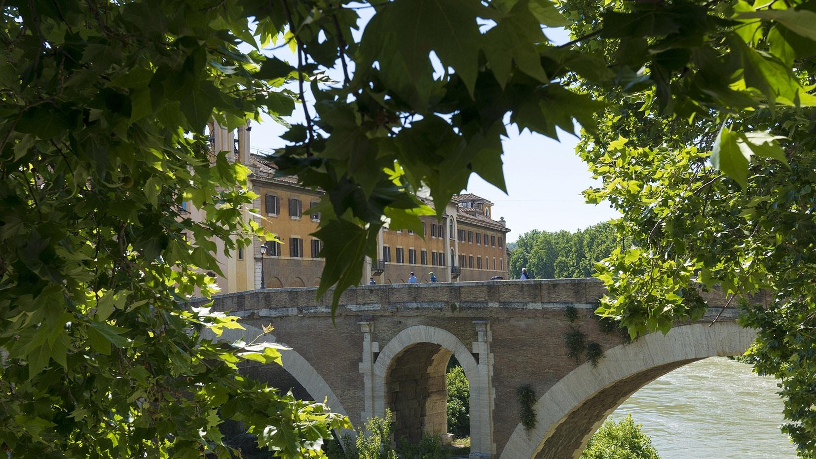 Ile Tibérine Rome italie feuilles pont Rome en 3 jours
