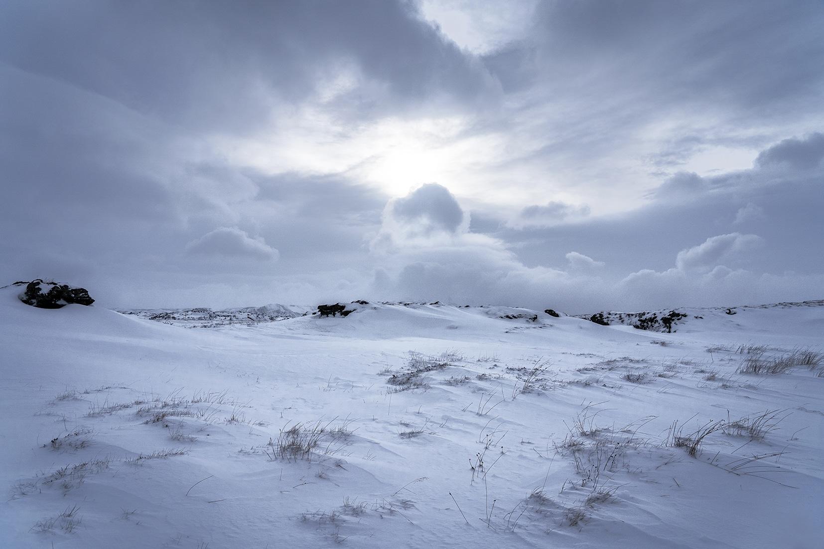 Mývatn lac neige nuage noirs rayon de soleil Islande en hiver