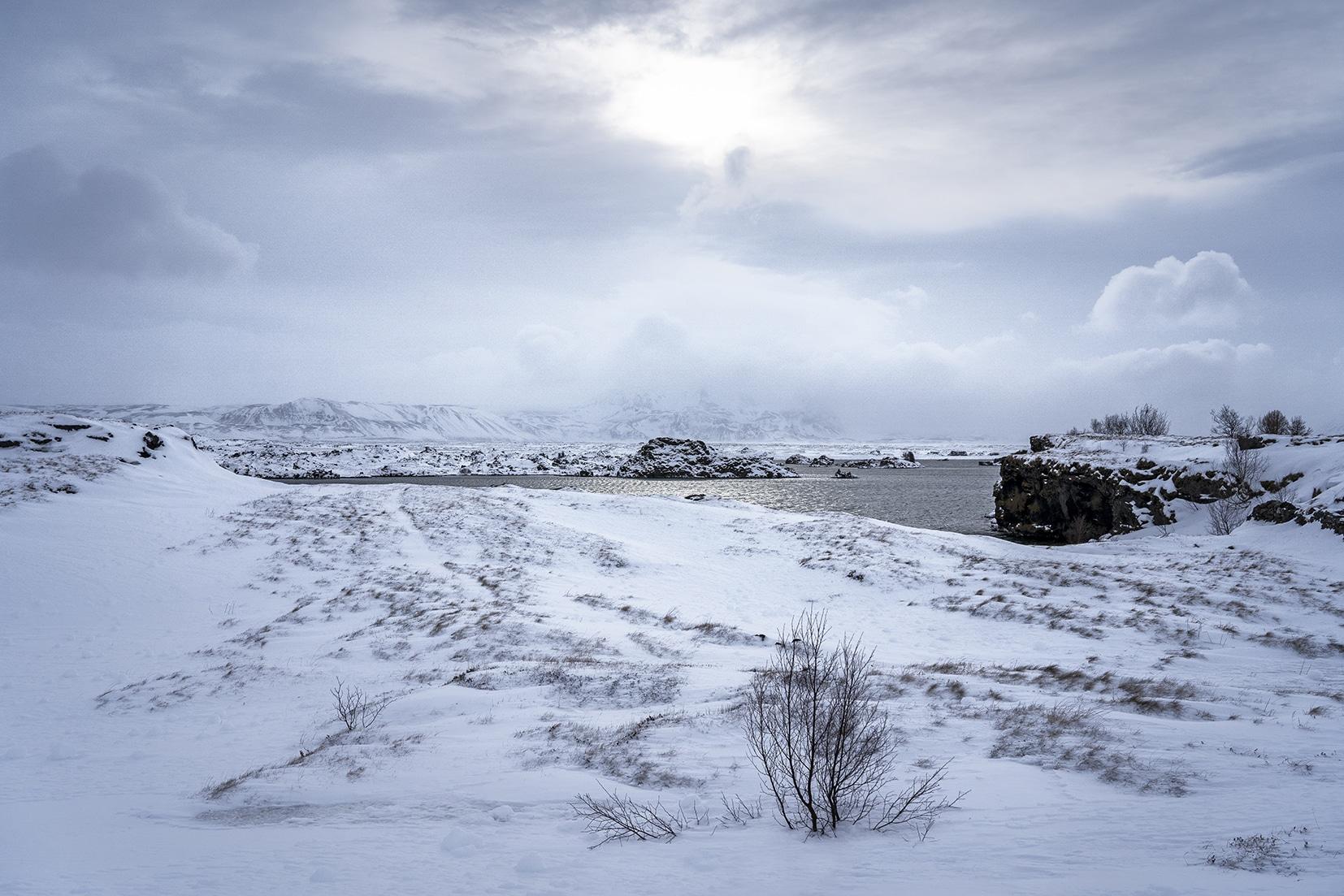 Mývatn lac eau klasar neige nuages Islande du Nord