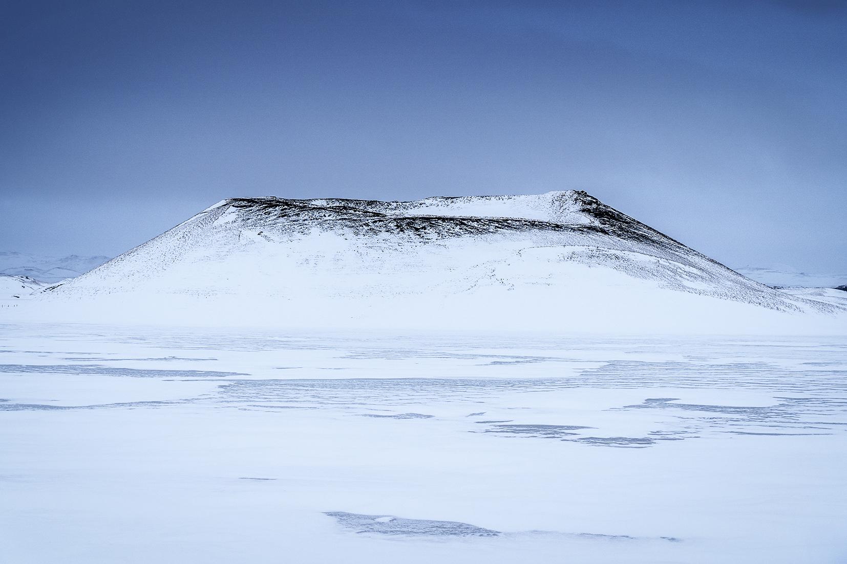 Mývatn Skútustaðagígar volcans enneigés ciel noir vent lac gelé