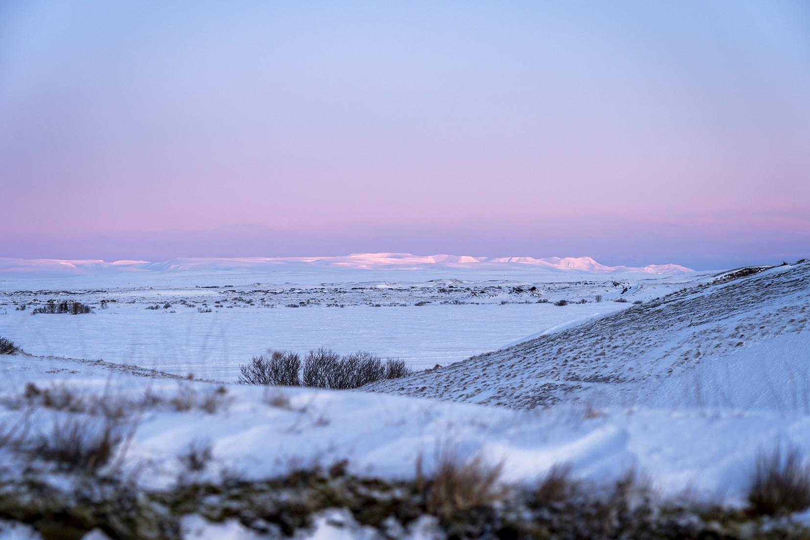 Mývatn Skútustaðagígar volcans montagnes neige rose lever de soleil Islande du Nord