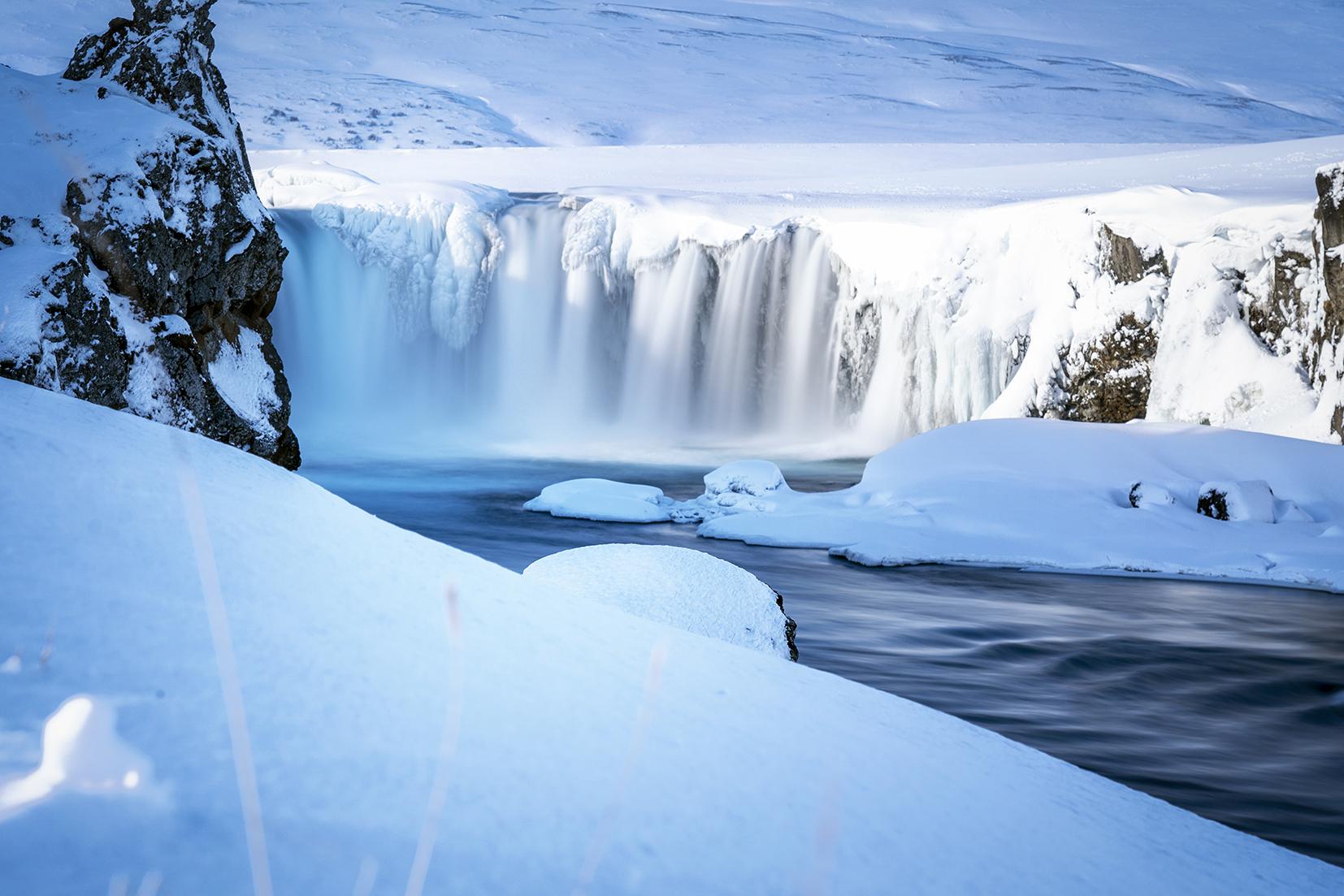 Goðafoss Islande du Nord cascade neige glace eau bleu et blanc