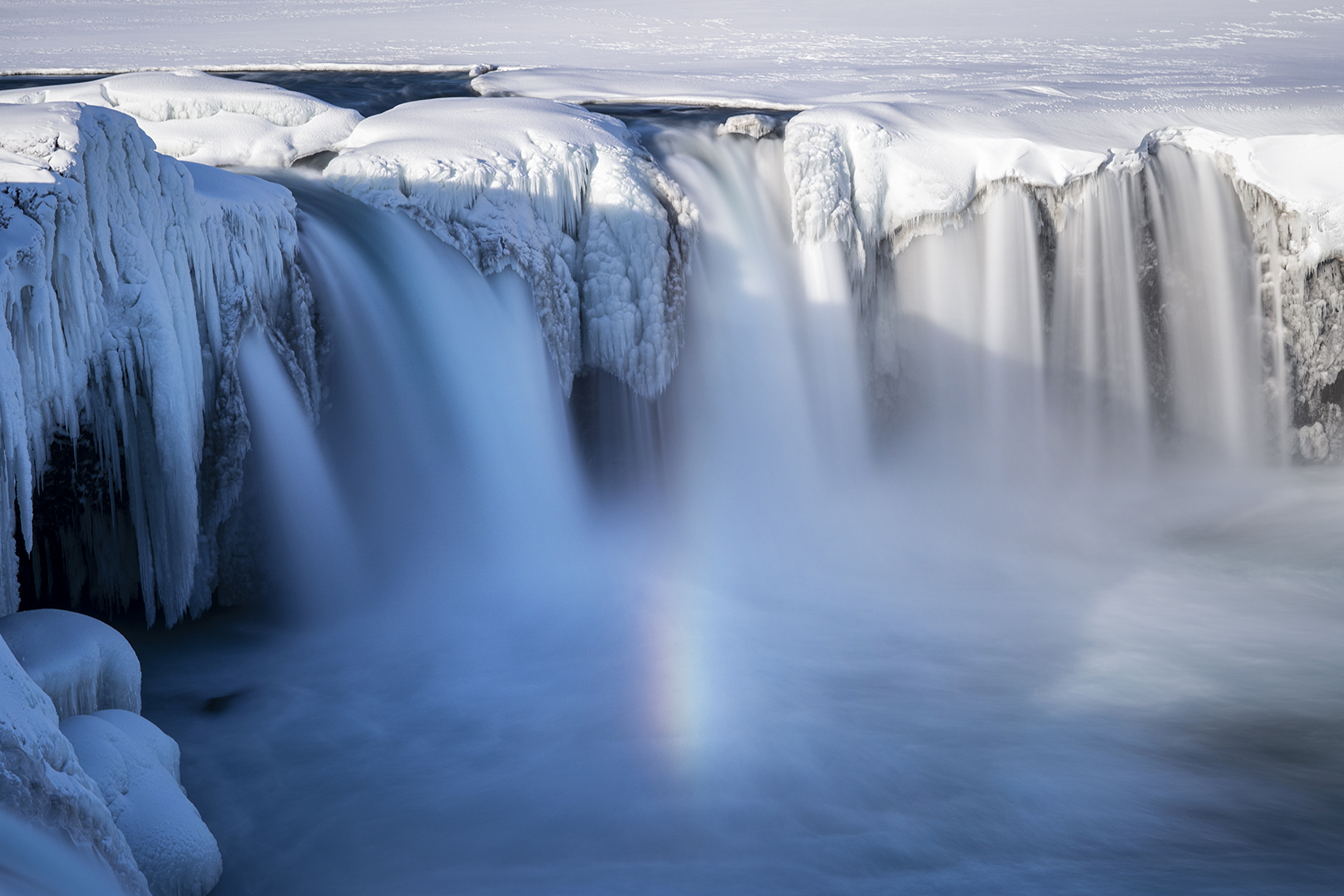 Goðafoss cascade arc-en-ciel eau neige stalactite