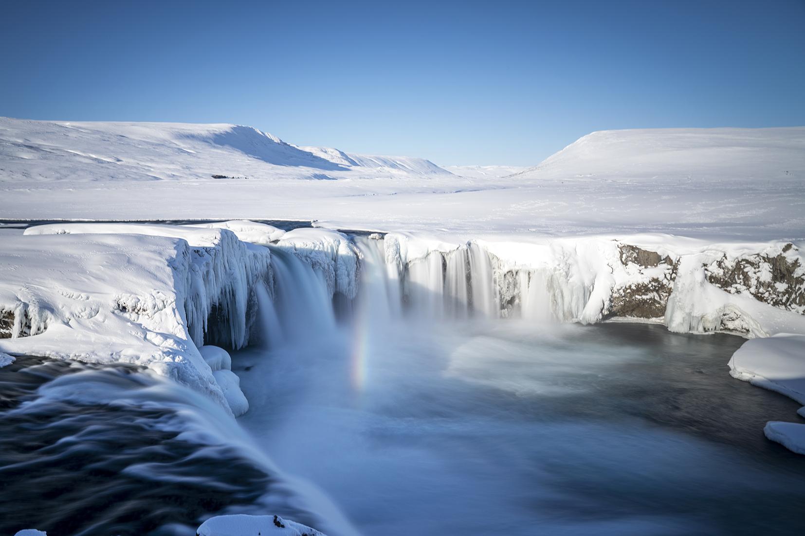 Islande du Nord cascade neige Goðafoss arc-en-ciel ciel bleu