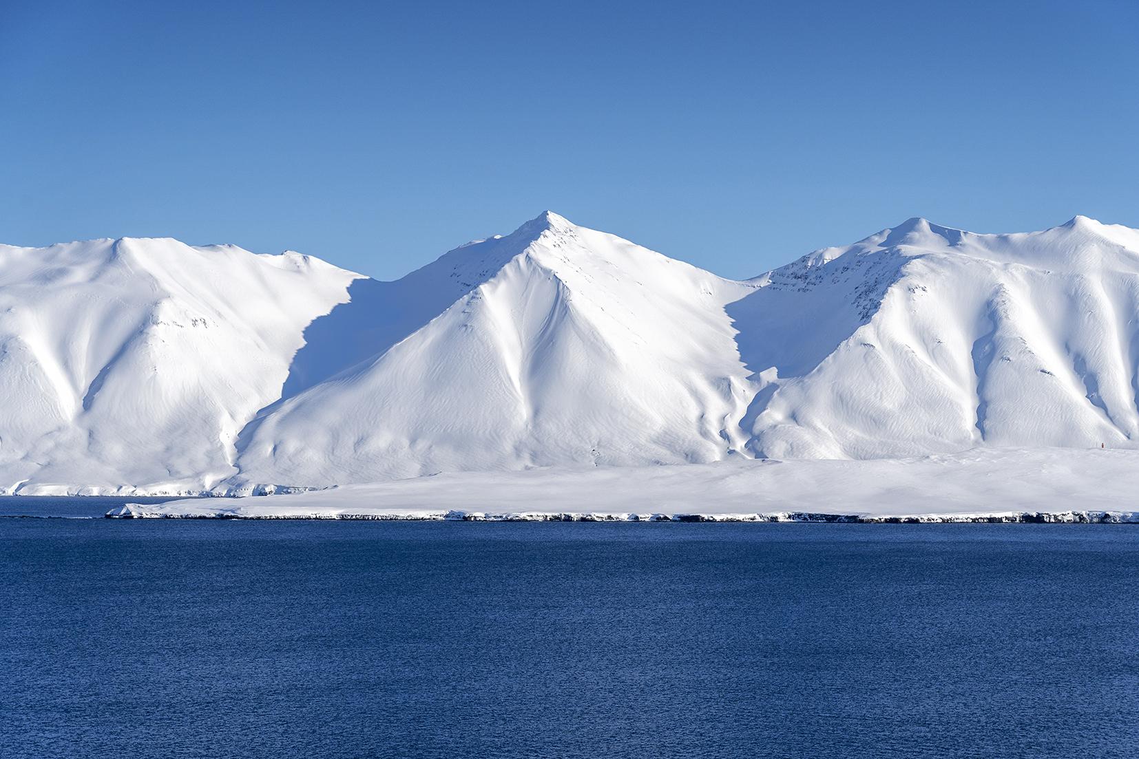 Darvik Islande du Nord montagnes mer ciel bleu