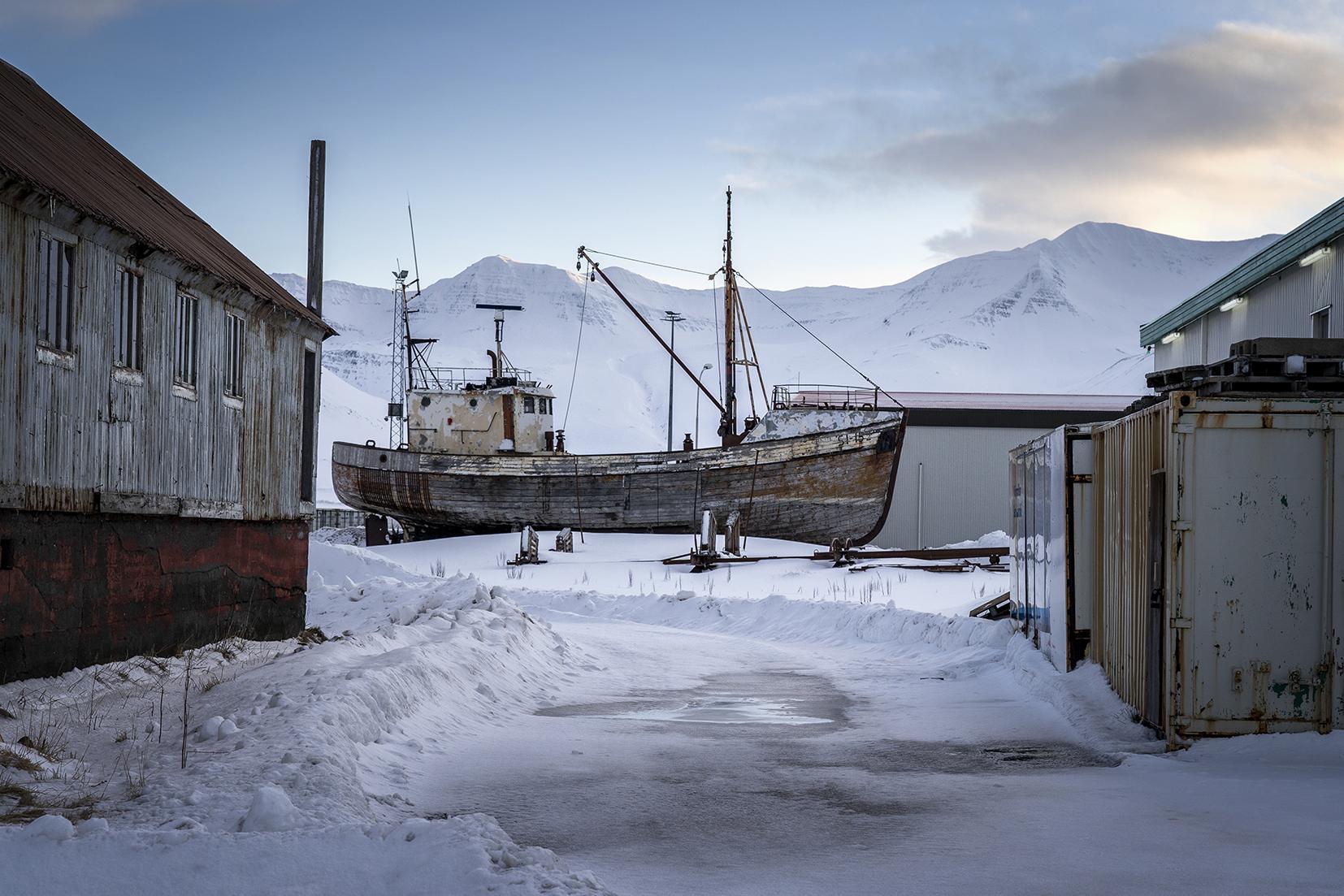 bateau vieux hangar montagnes neige