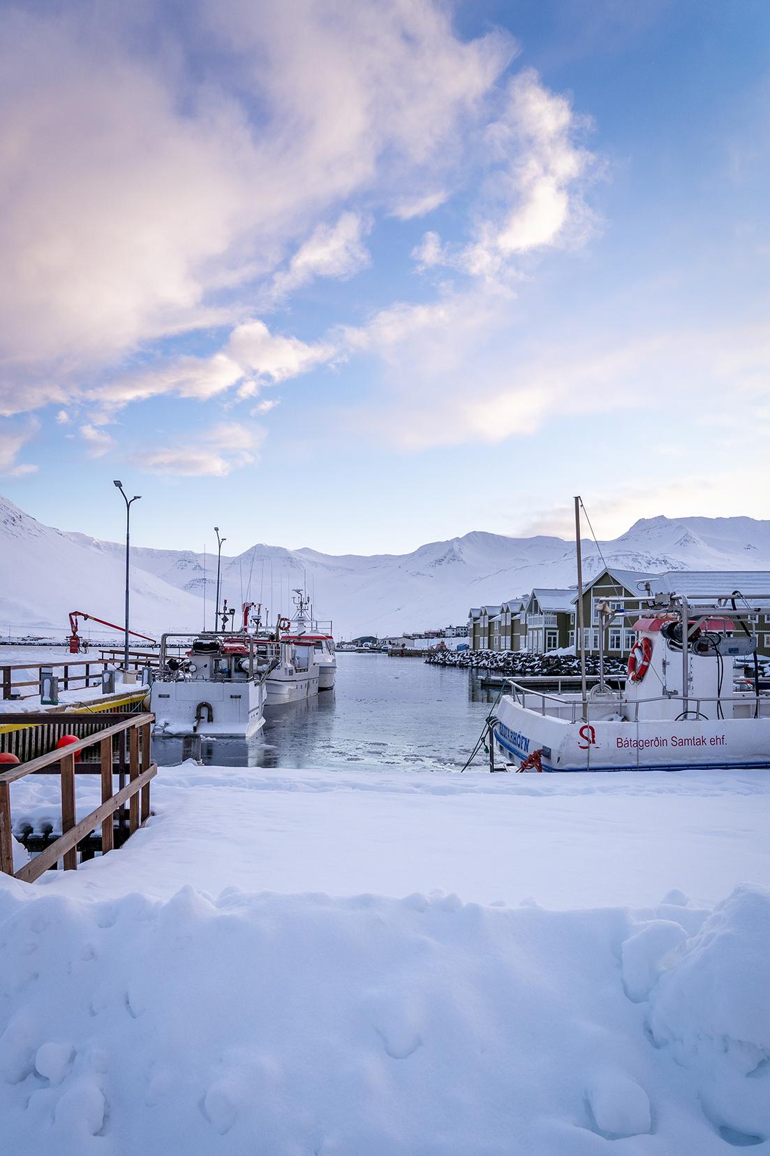 Siglufjörður port bateaux mer montagnes nuages roses