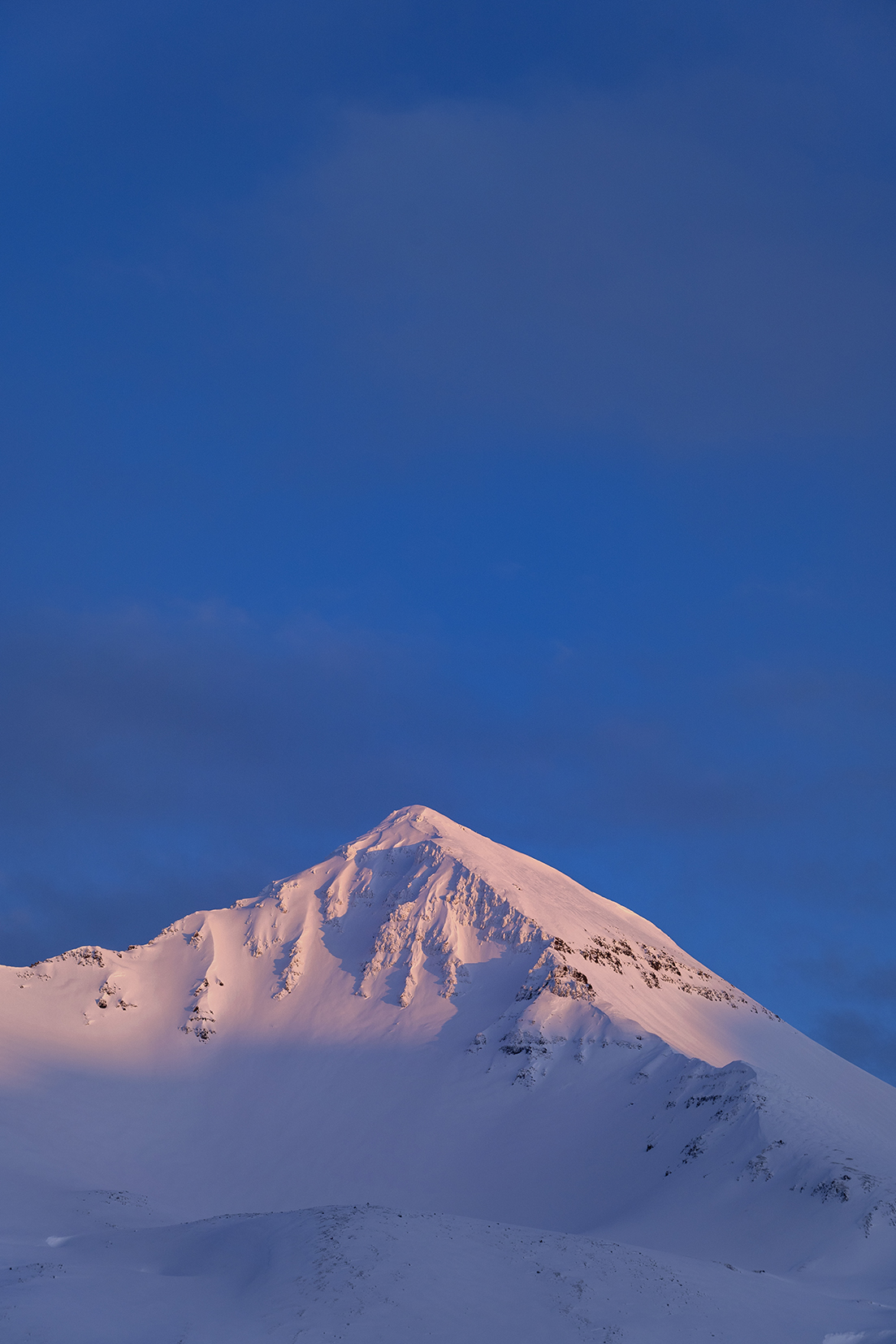 Montagne rose ciel bleu coucher du soleil Siglufjörður Islande du Nord