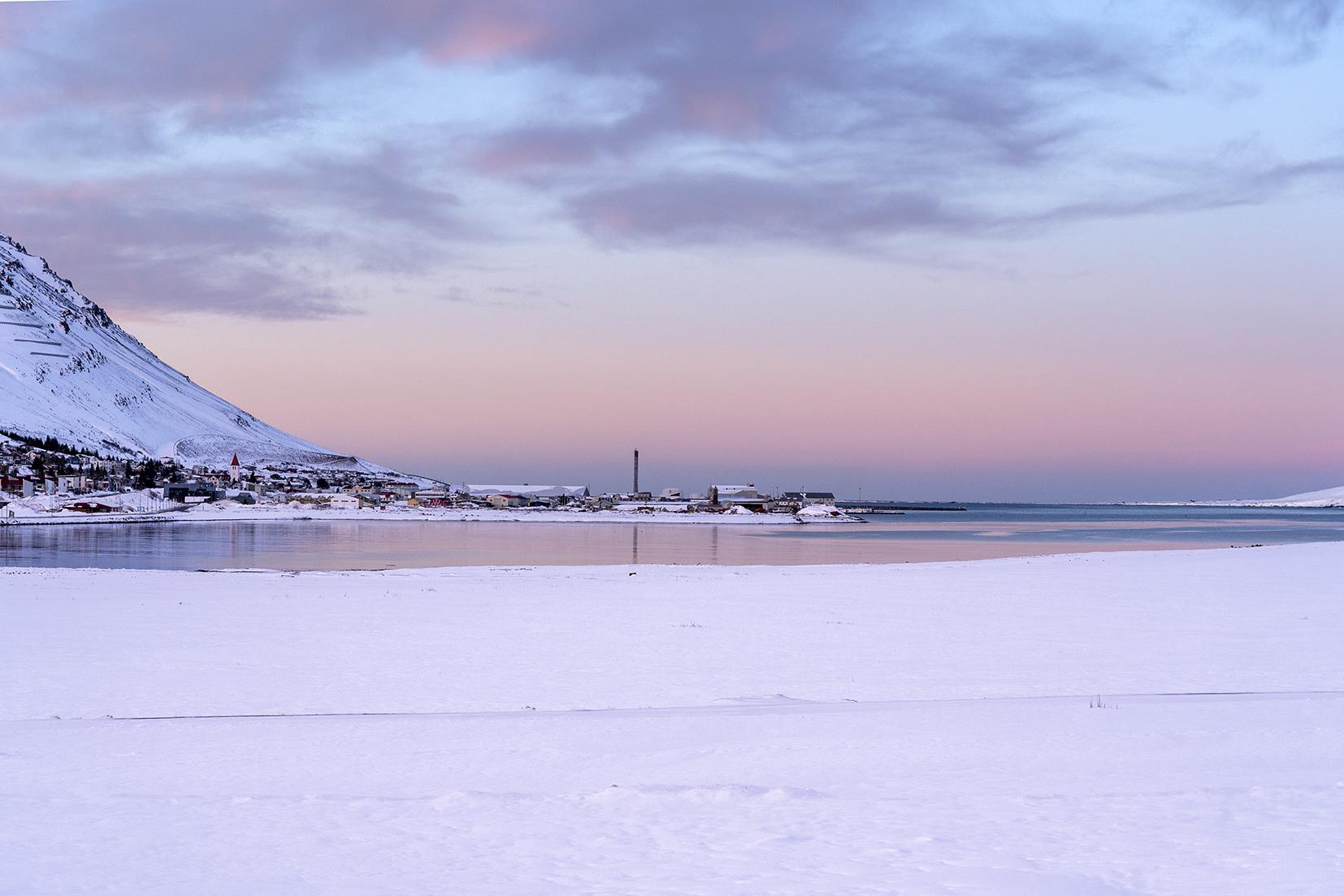 Tröllaskagi Siglufjörður coucher de soleil ciel rose mer Islande du Nord