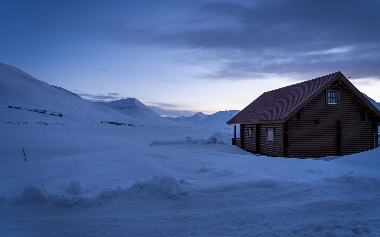 cabane fjord neige coucher de soleil Tröllaskagi