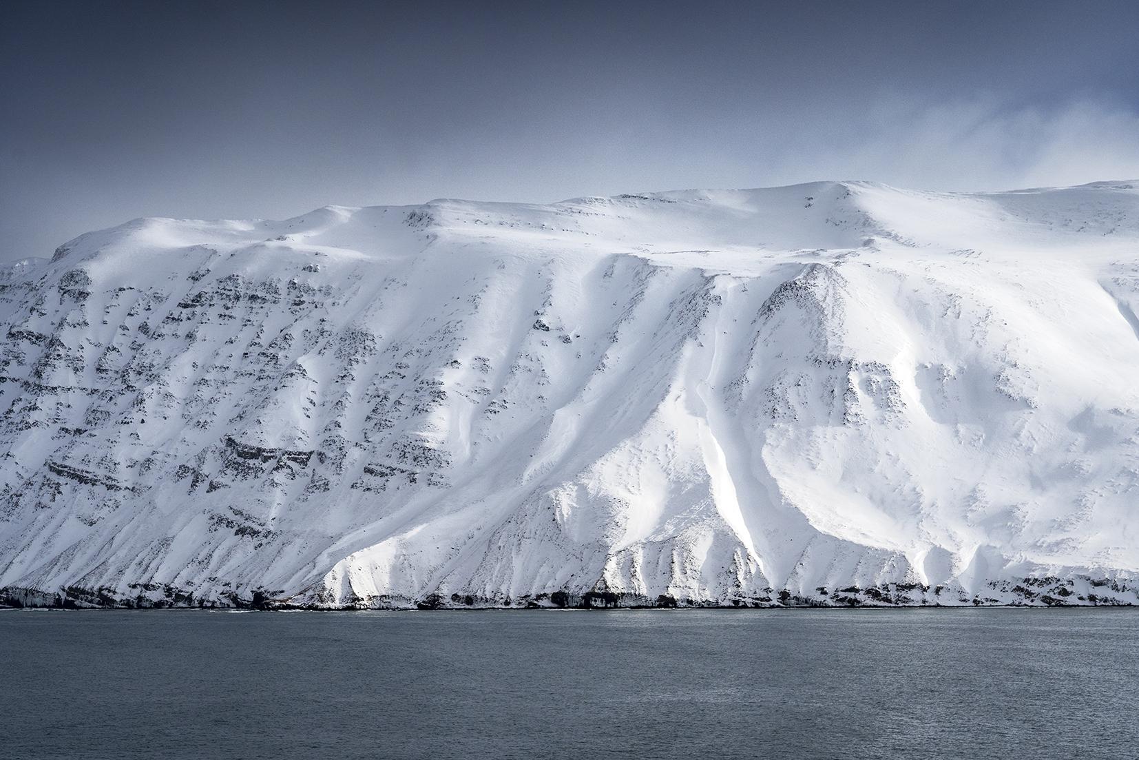 Islande du Nord montagnes neige plongent dans mer