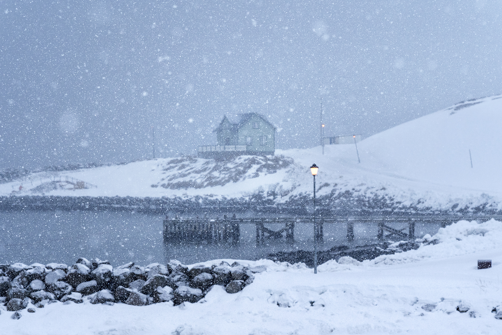 Hofsós flocons temête neige réverbère maison mer