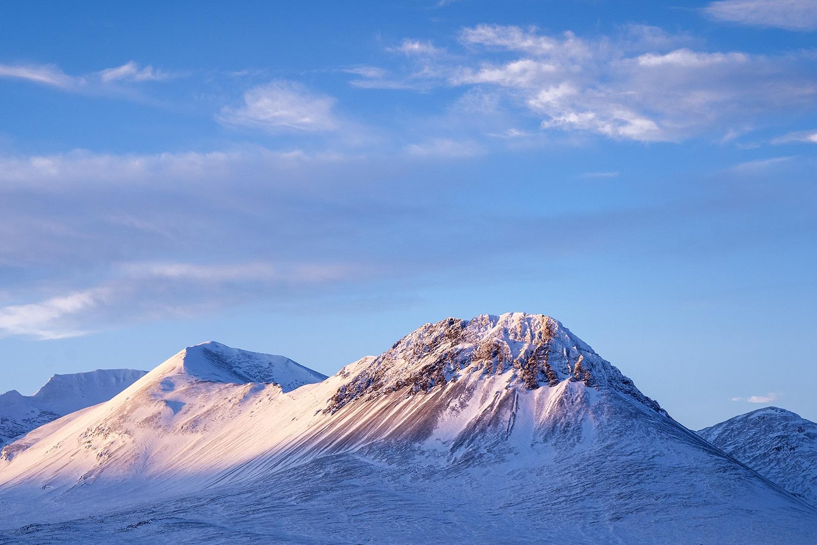 Islande du Nord montagnes lever de soleil ciel bleu