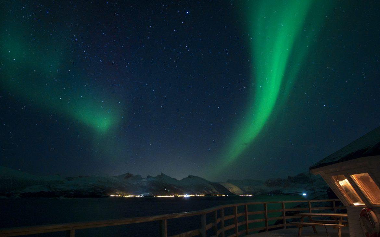 Norvège aurores boréales phare nuit étoiles Senja