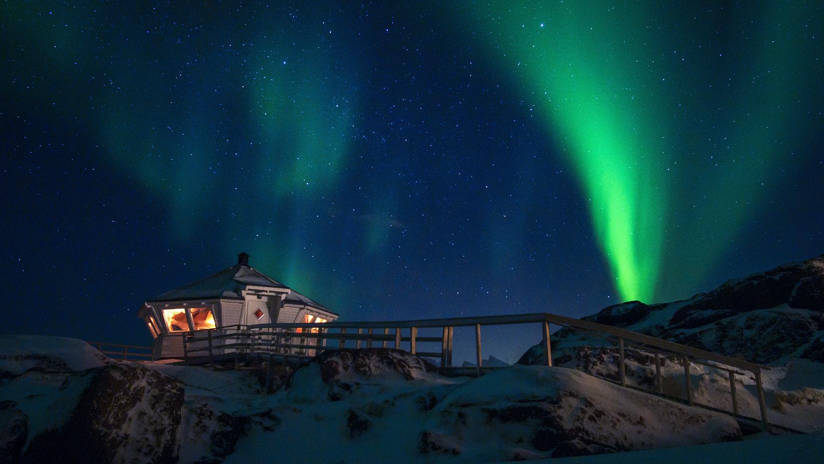 phare neige nuit aurore boréale étoiles Norvège