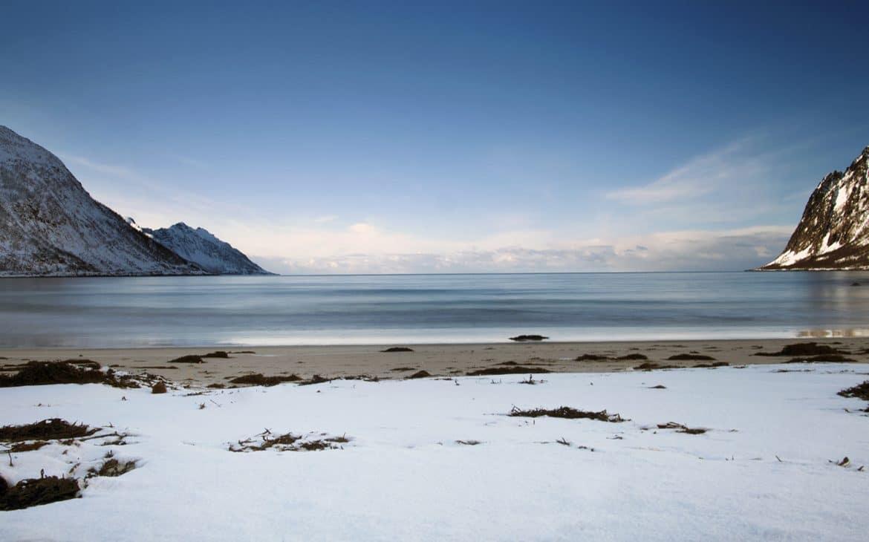 Mefjordvaer mer bleue sable neige montagnes