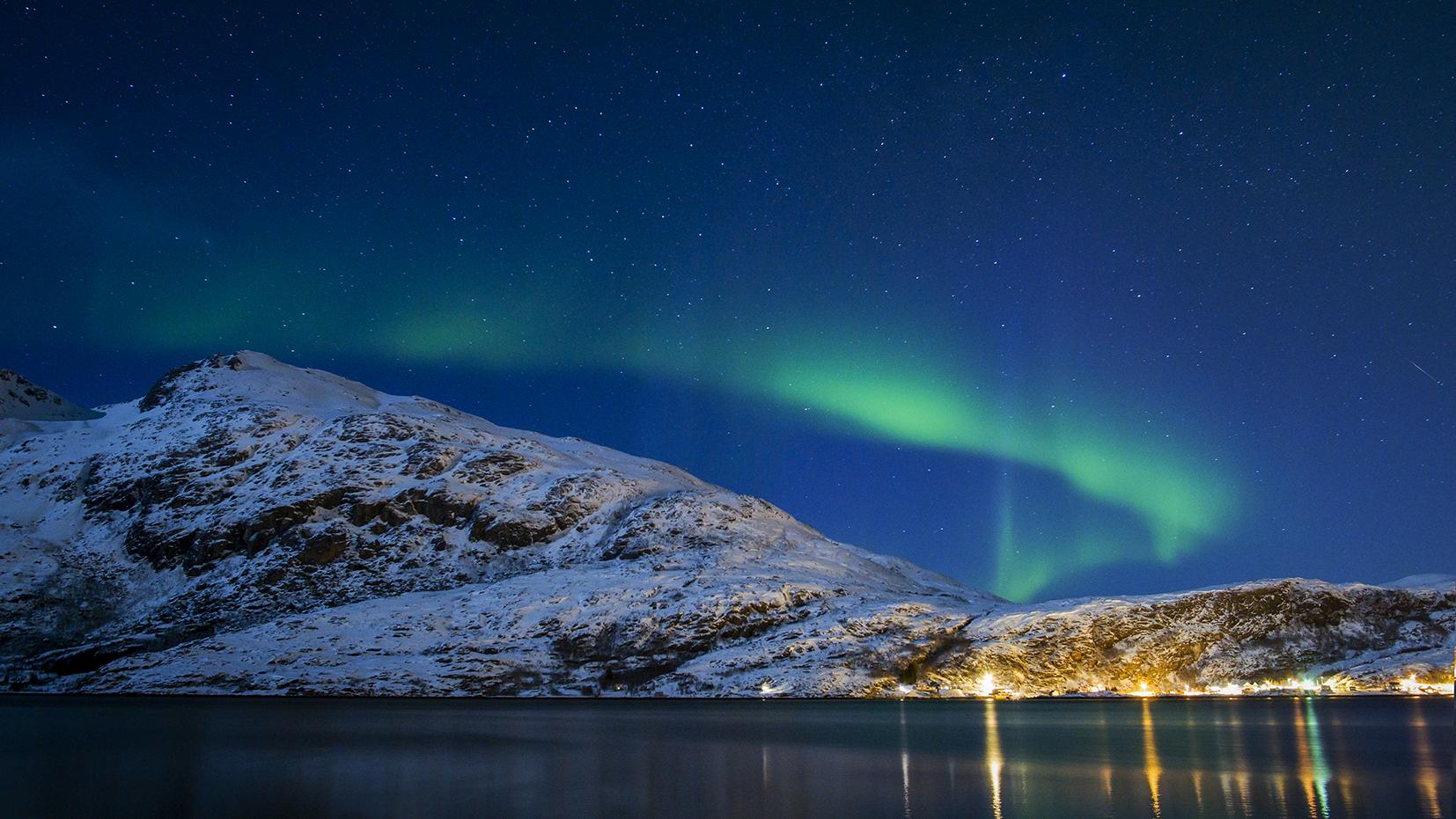 aurore boréale verte nuit montagne mer Norvège