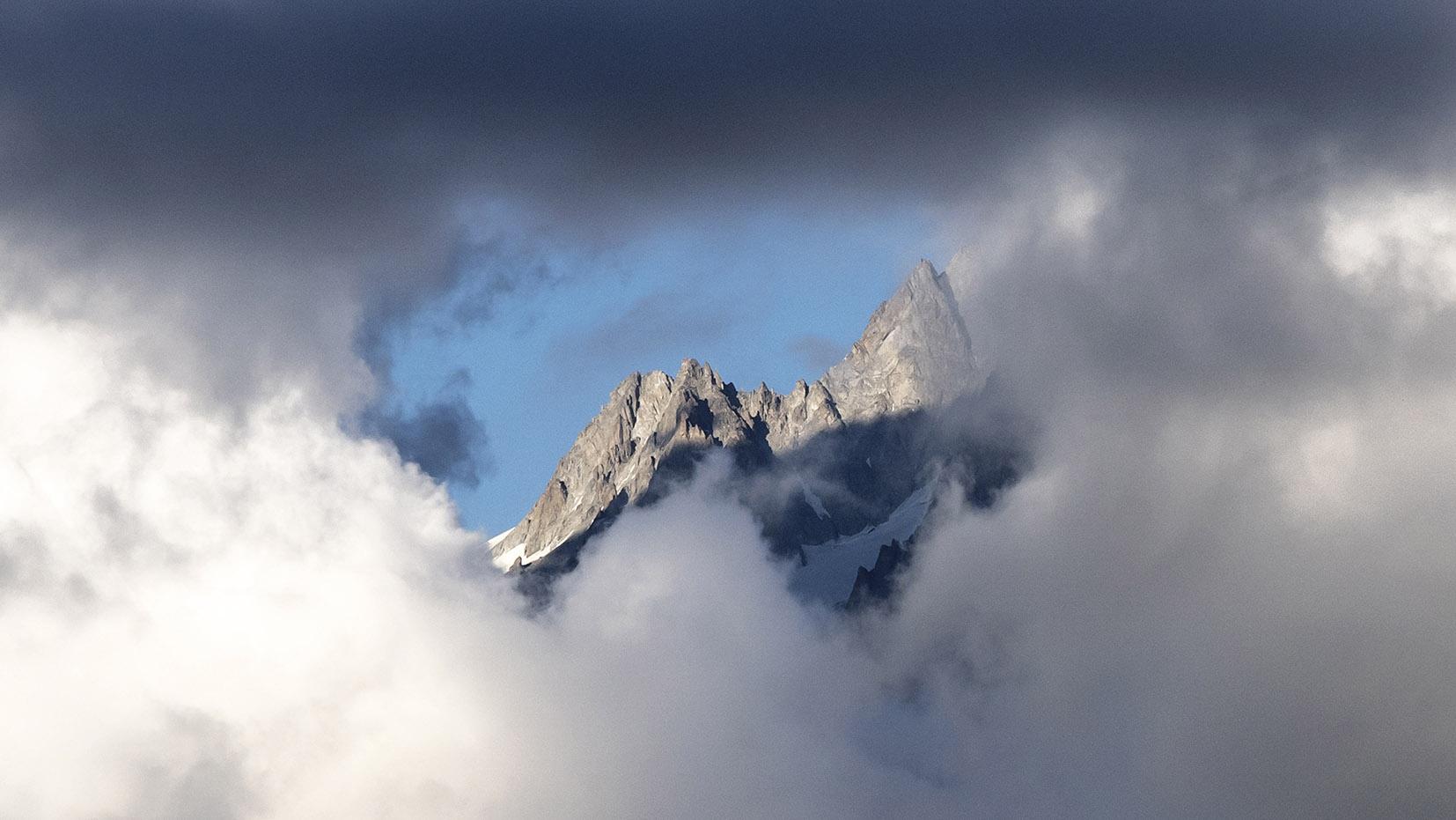 nuages encerclent montagnes randonnée lac Blanc
