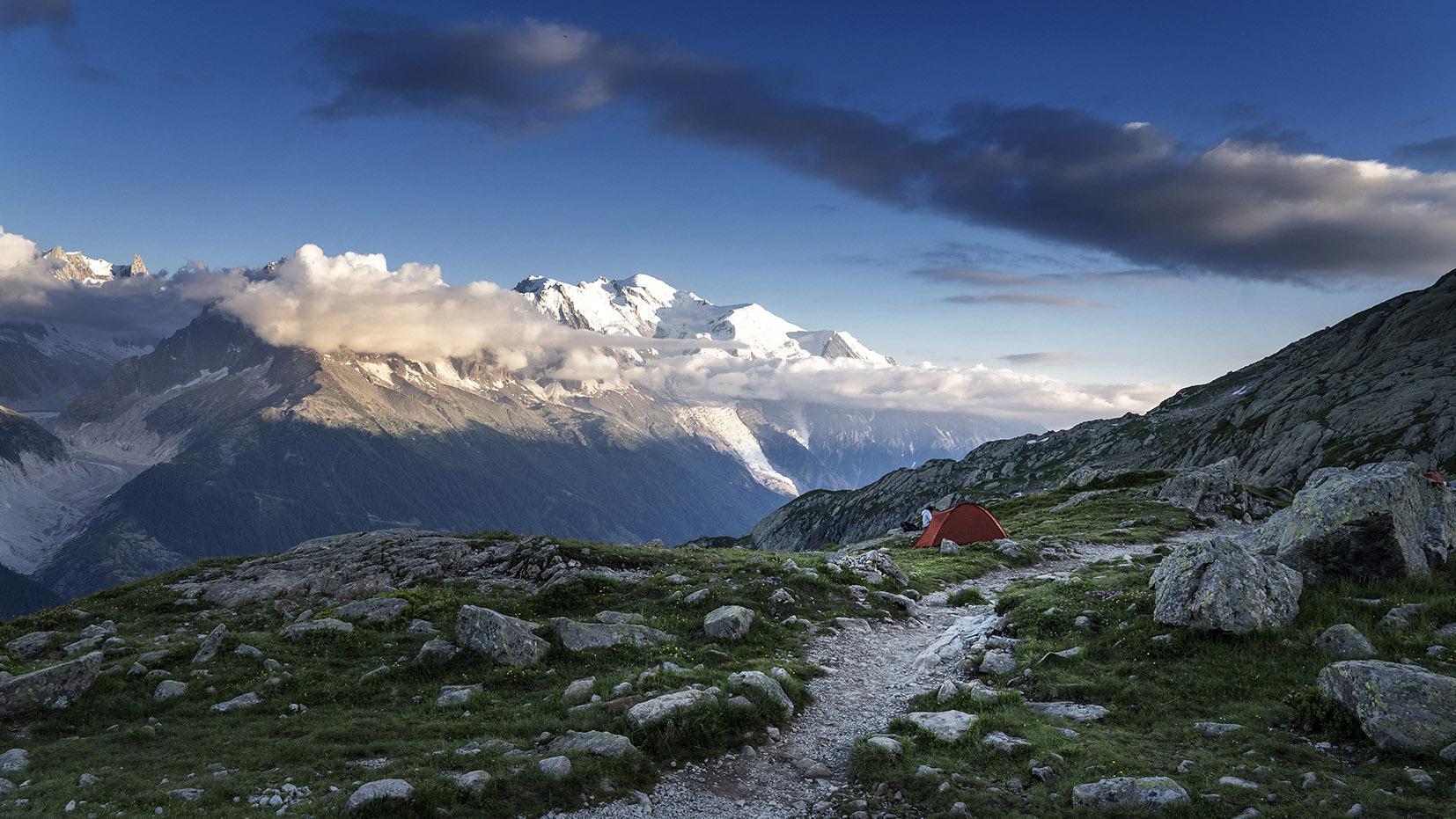 bivouac lac Cheserys massif Mont Blanc neige ciel bleu
