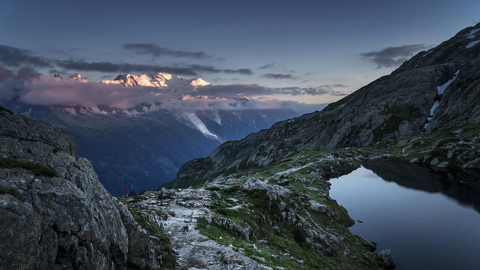 Bivouac lac de Cheserys vue Mont Blanc coucher de soleil