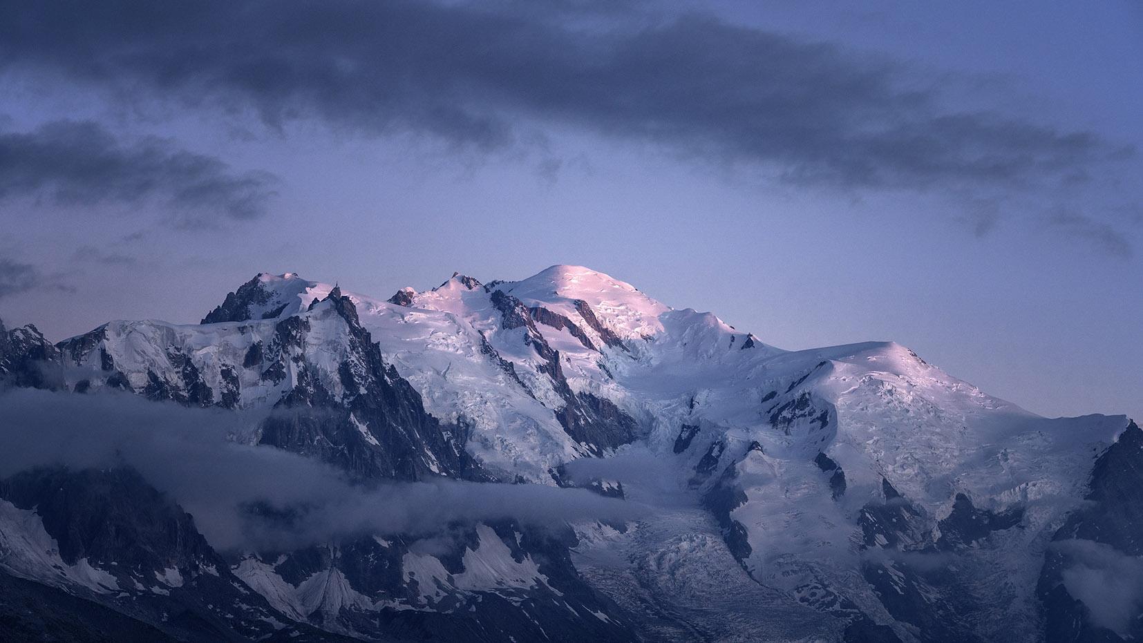 Massif du Mont Blanc Aiguille du Midi crépuscule neige nuages