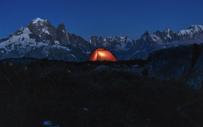 Bivouac lac de Cheserys tente illluminée montagnes neige étoiles