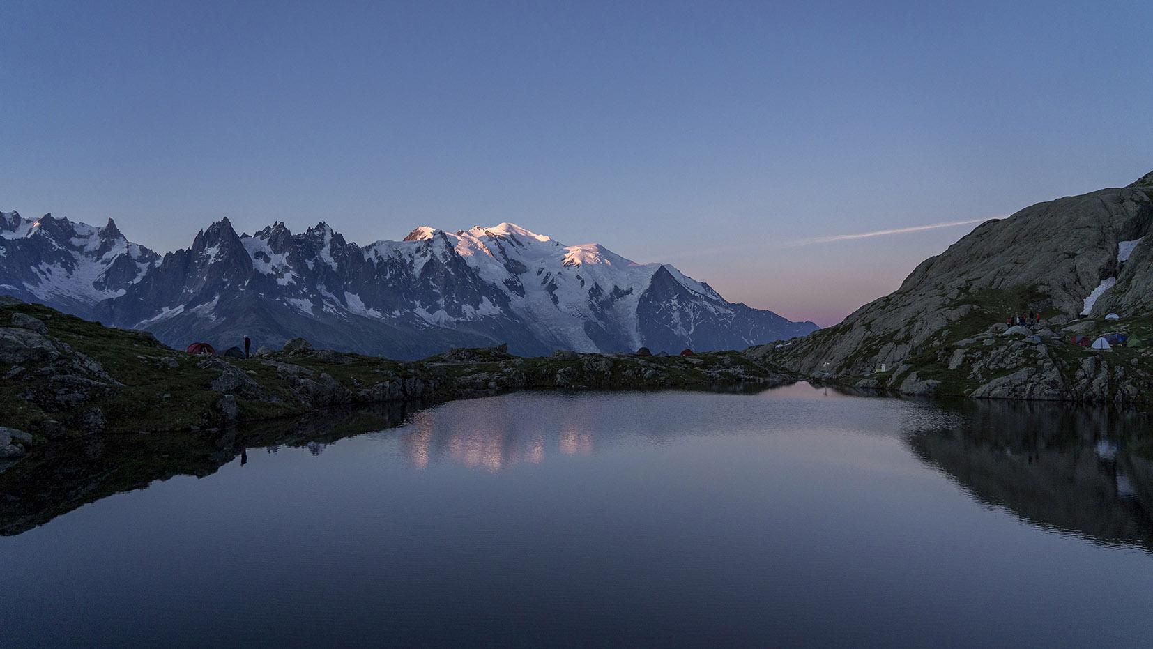 lever de soleil lac de Cheserys Mont Blanc neige Aiguilles du Plan Dent du géant
