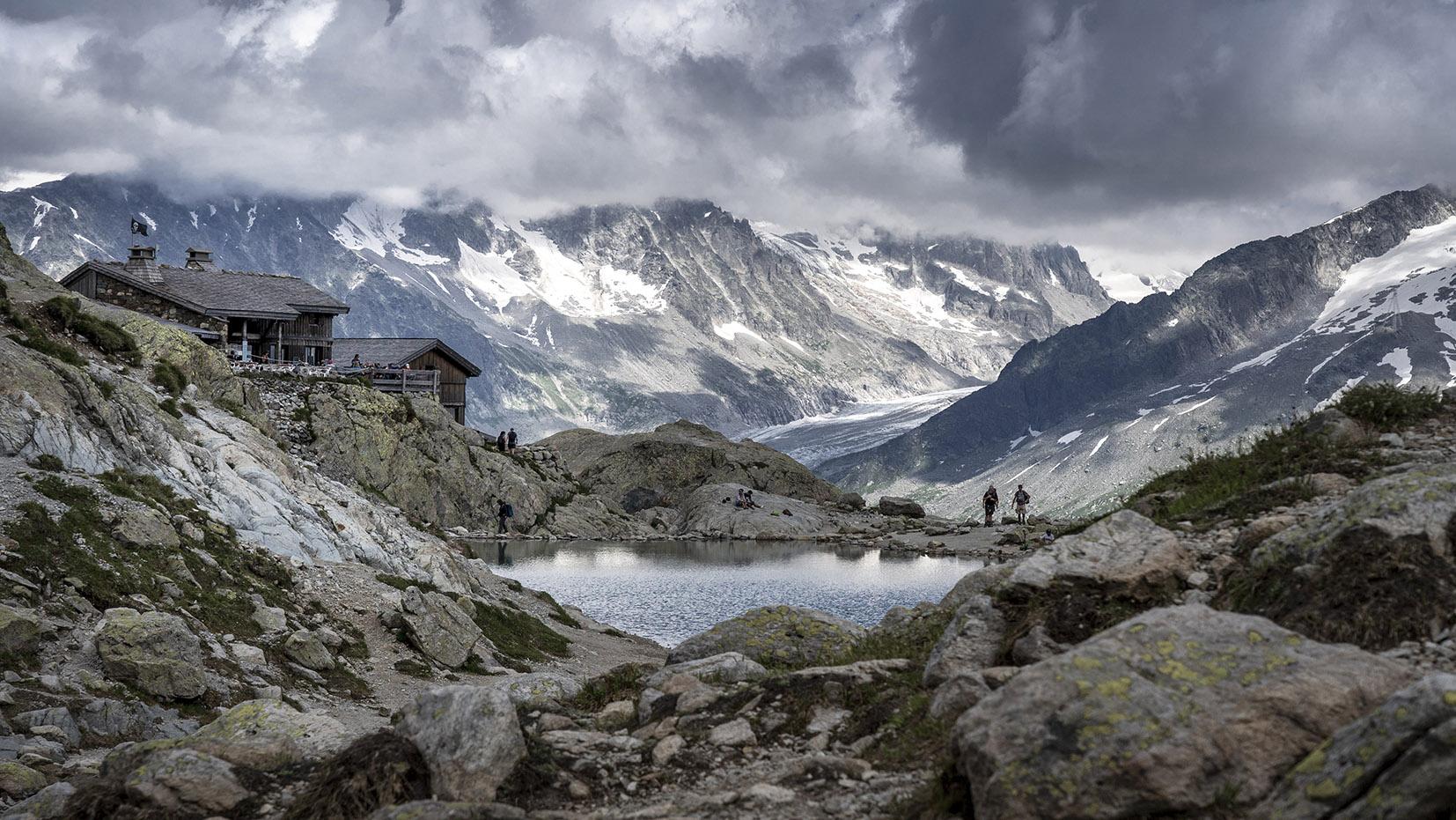 refuge lac Blanc nuages noirs montagnes