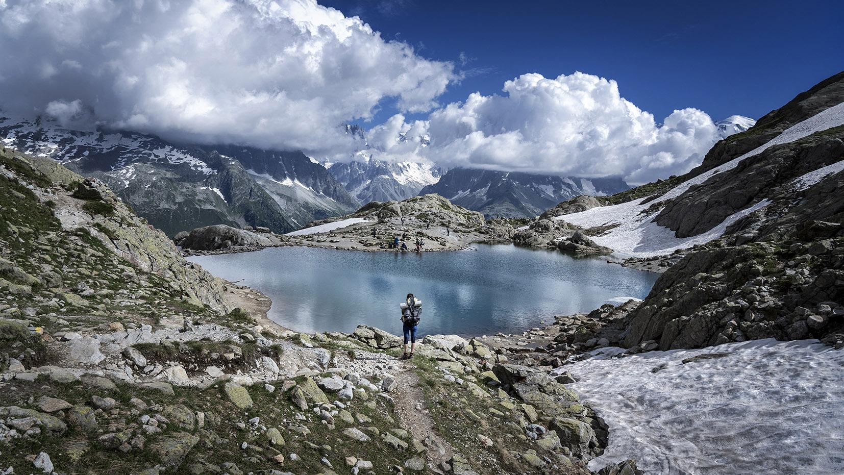 randonnée lac Blanc eau bleue montagnes neige nuages