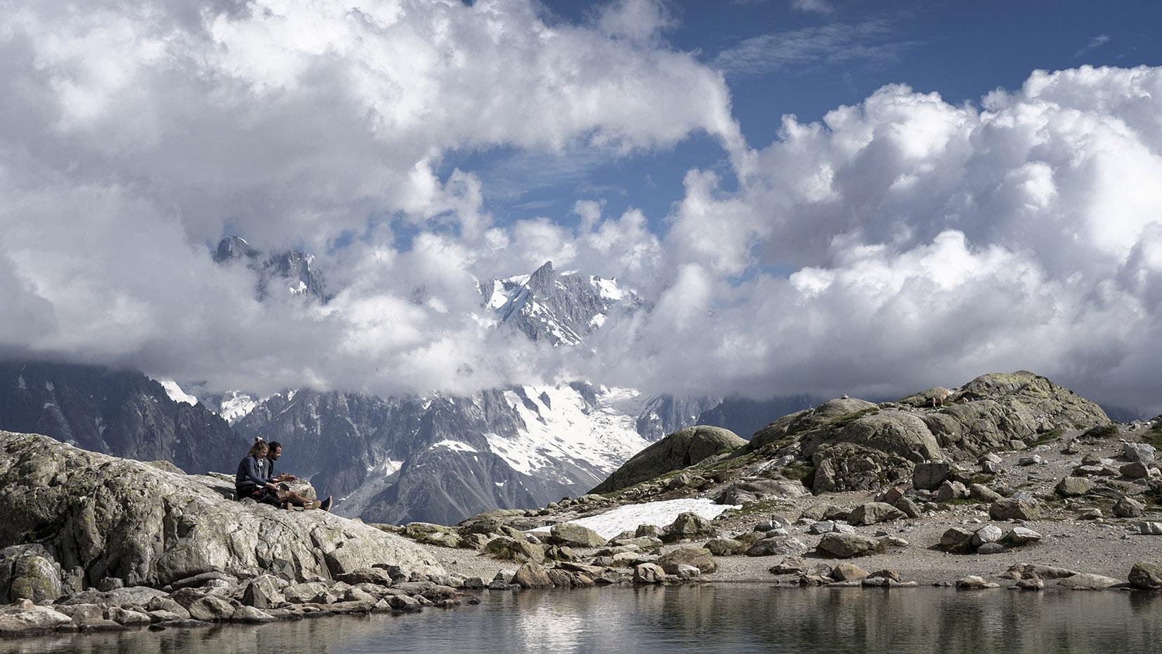 randonnée lac Blanc nuages montagnes couple assis