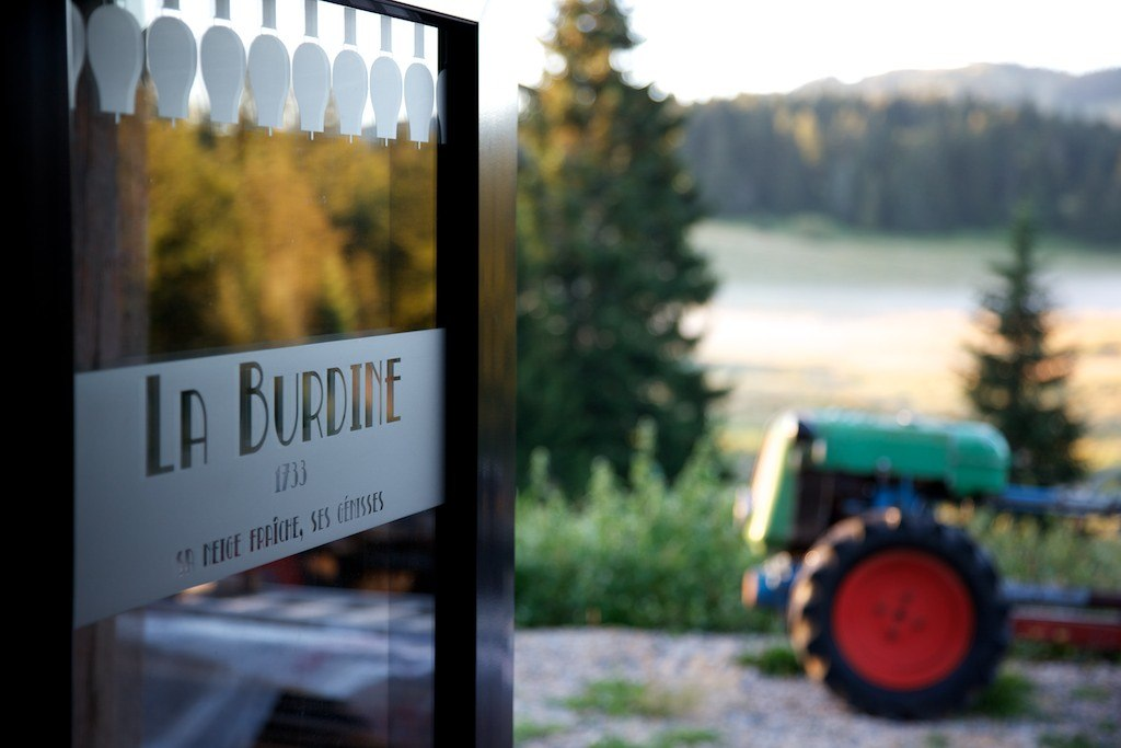 La Burdine chalet d'Alpage montagnes tracteur soleil